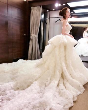 台湾女模晒婚纱照露美背香肩 3个月前才宣布分手
