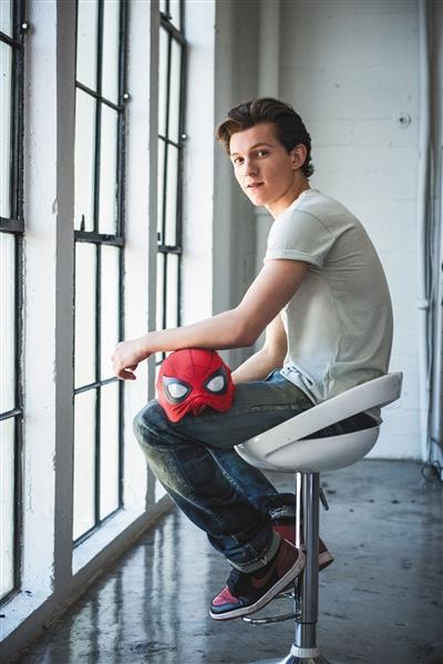 一个后空翻,汤姆·霍兰德成了蜘蛛侠