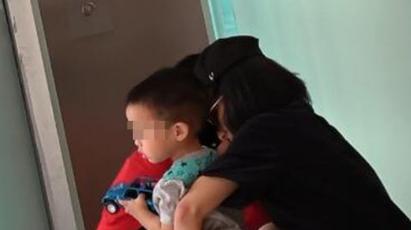 佟丽娅为儿子换尿裤
