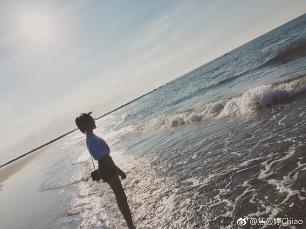 焦曼婷海边秀美腿