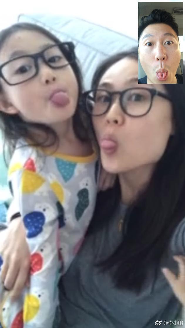李小鹏与家人视频,一家三口吐舌卖萌。