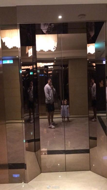欧弟与女儿电梯前自拍 JoJo穿小裙子戴小花超呆萌