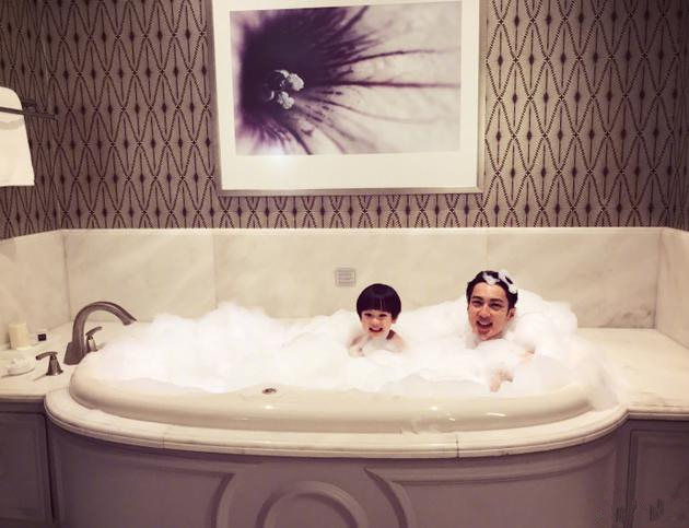 吴尊同儿子洗泡泡浴 Max露小脑袋咧嘴卖萌超可爱