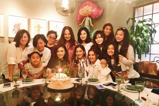 蔡卓妍等为关之琳准备生日惊喜