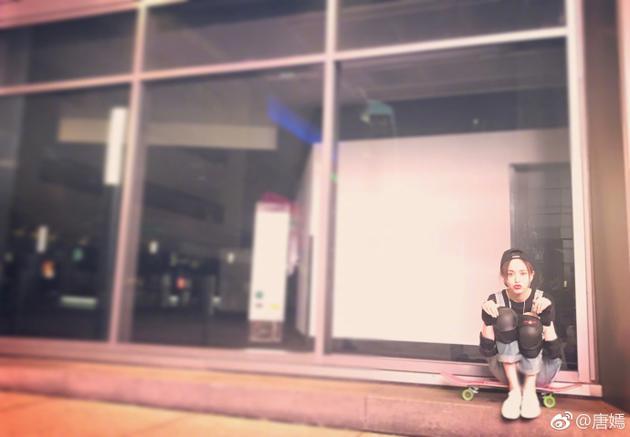 唐嫣化身滑板少女 护具齐全模样颇专业