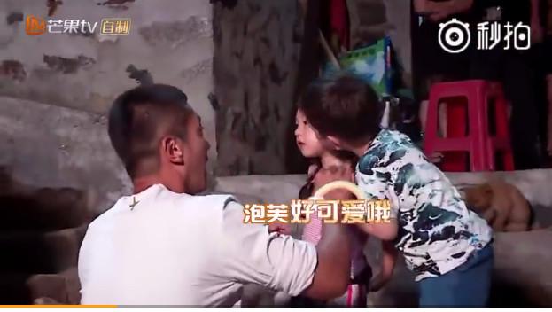 """""""前世情人""""被偷亲!刘畊宏:这样爸爸会吃醋"""
