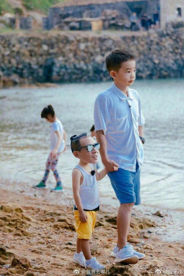 这才是真相!爸爸Jasper牵儿子陈小春沙滩漫步