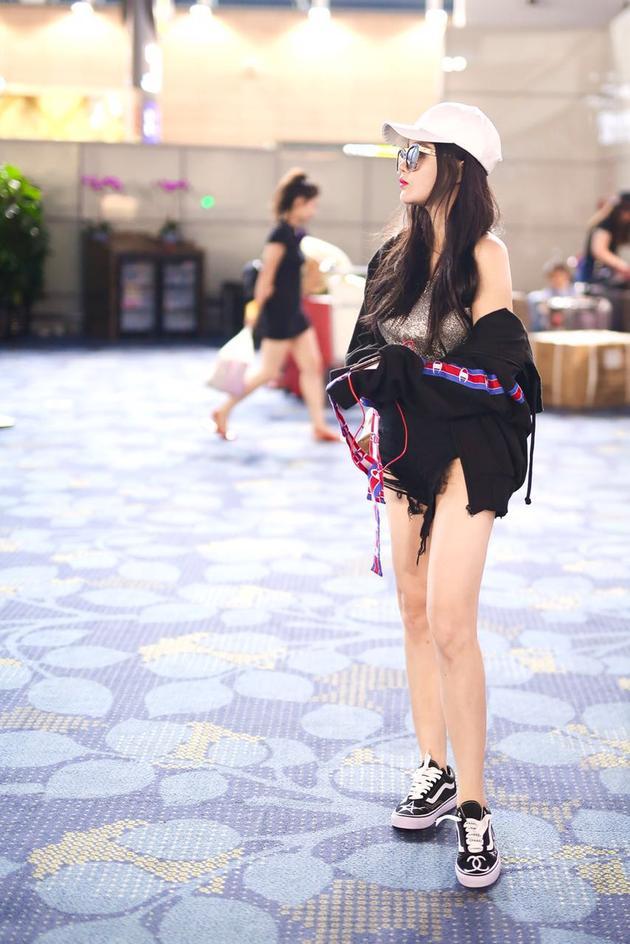 冉莹颖机场街拍-冉莹颖早前出发纽约时装周 娇小身材穿出大长腿图片