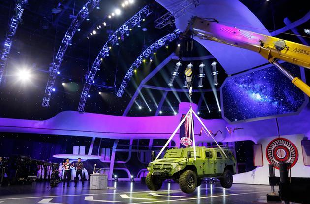 """""""大国重器""""对决!U20材料提起六吨东风猛士车"""