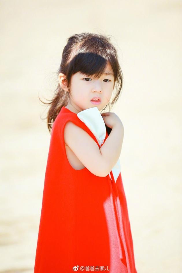 小泡芙身穿红裙,衬得皮肤十分白皙。