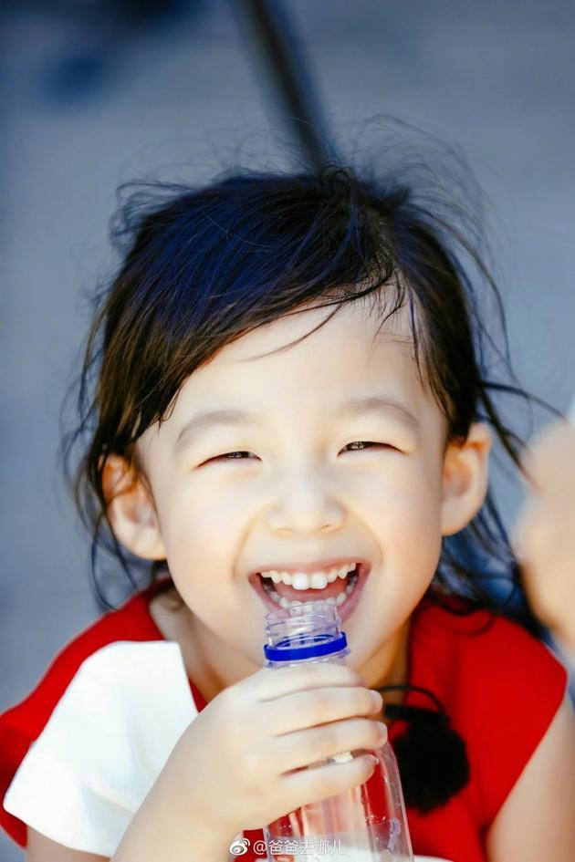 小泡芙甜甜的笑容很有感染力。