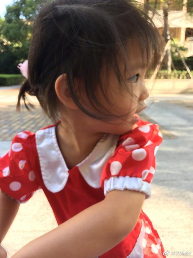 林熙蕾二女儿脸蛋肉嘟嘟 网友:母女俩都美