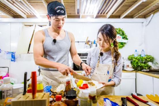 """张亮做菜遇""""滑铁卢"""" 靳梦佳晋升最后一任主厨"""