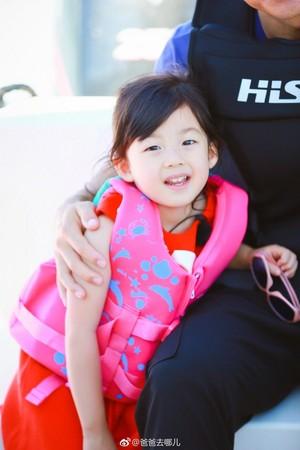 《爸爸去哪儿》节目组公开小泡芙的高清照,刘畊宏被截掉。