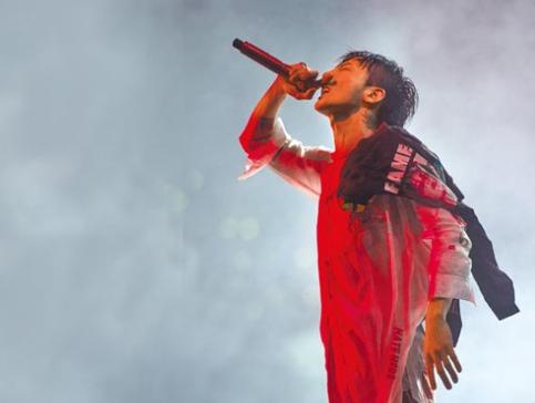GD在舞台上能瞬间炒热气氛,努力完成近2小时的演唱。
