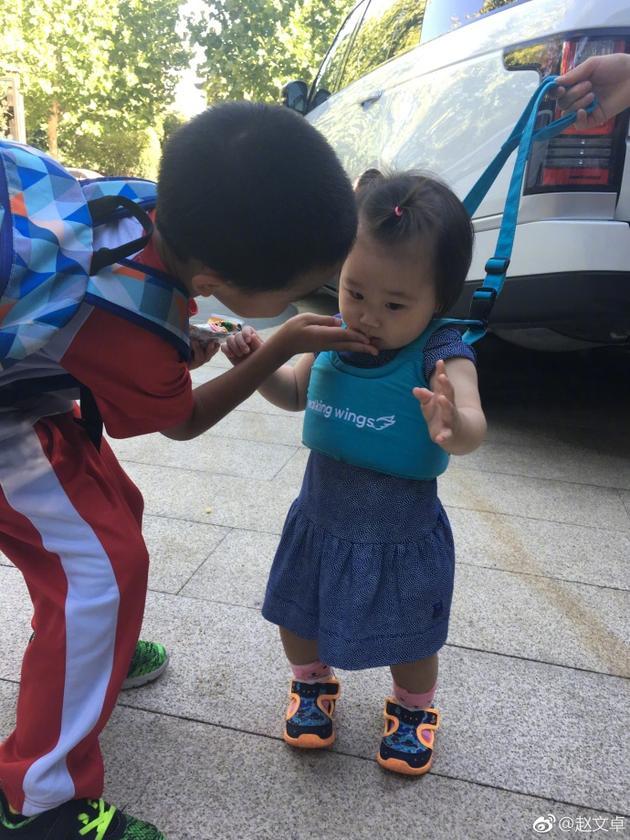 赵文卓儿子为妹妹擦嘴,画面有爱。