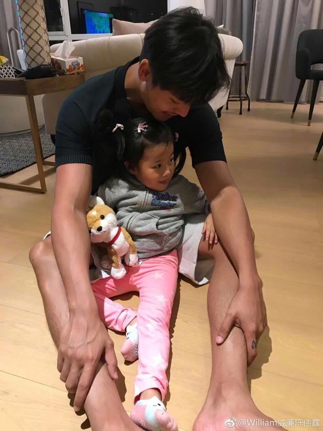 陈伟霆和小女孩