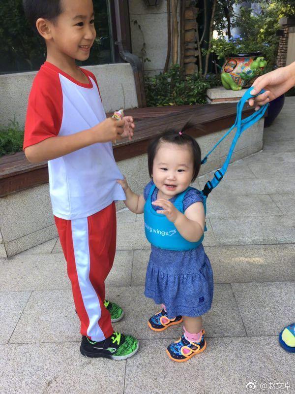 赵文卓儿子贴心喂食妹妹 网友:我也要这样的哥哥