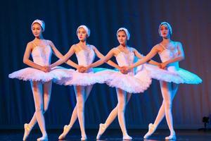 关之琳蒋欣等紧身衣跳芭蕾舞大秀好身材