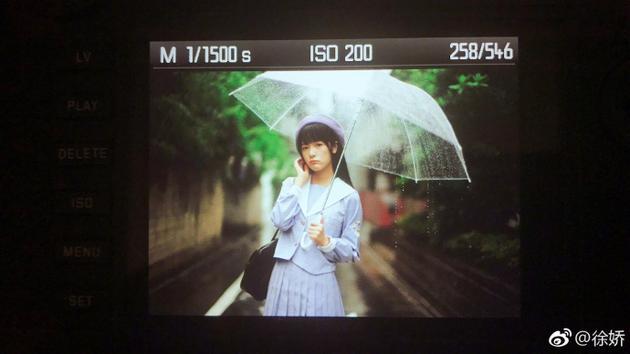 徐娇雨中撑伞画面唯美 穿学生制服清纯可爱