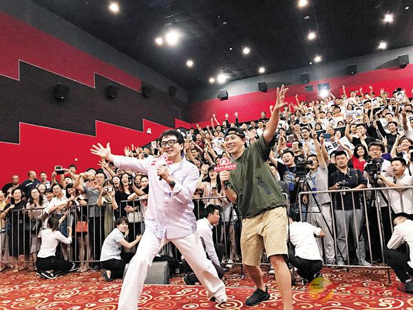 成龙与欧阳靖日前一同在青岛为电影宣传。