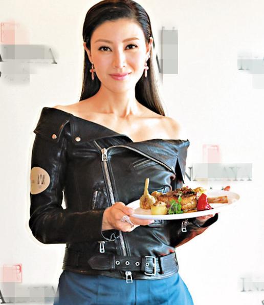 李嘉欣协助烹调法国菜 。