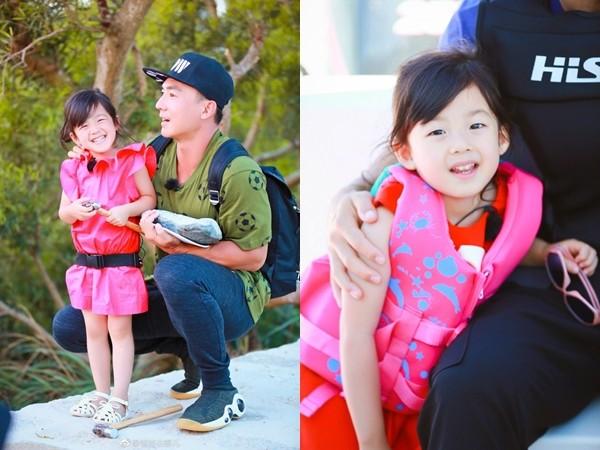 刘耕宏能抱2个大人 小泡芙转头笑嗯哼爹:你没办法