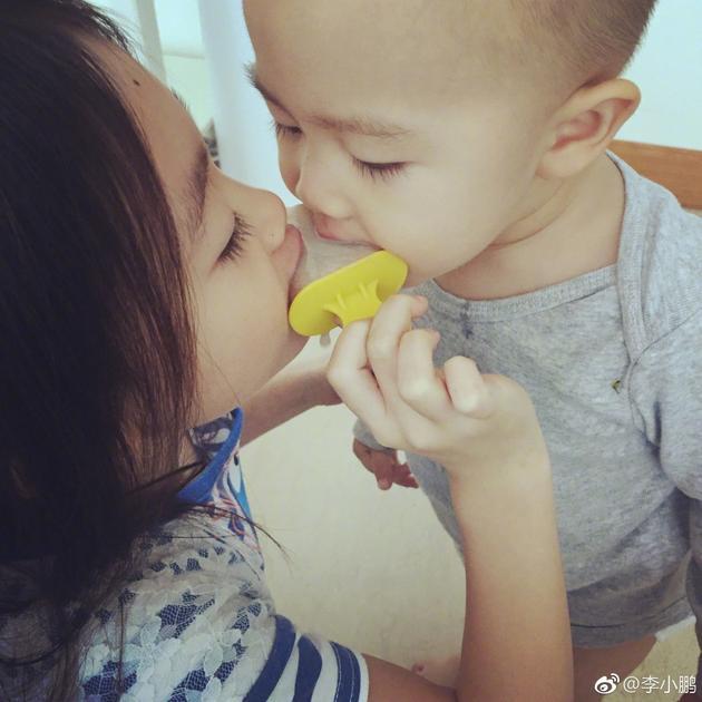 奥莉和弟弟同吃一个冰棒逆天睫毛抢镜