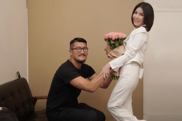 许茹芸老公浪漫送花打气