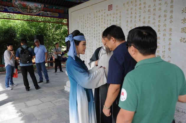演员与团长孙东兴谈戏