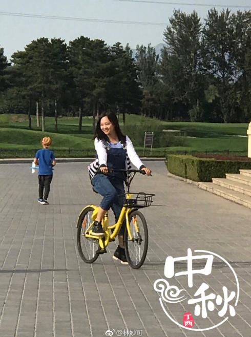 林妙可享受校园生活 骑单车穿梭青春洋溢图片