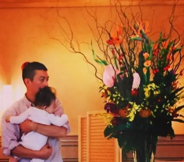陈冠希抱着女儿 Alaia