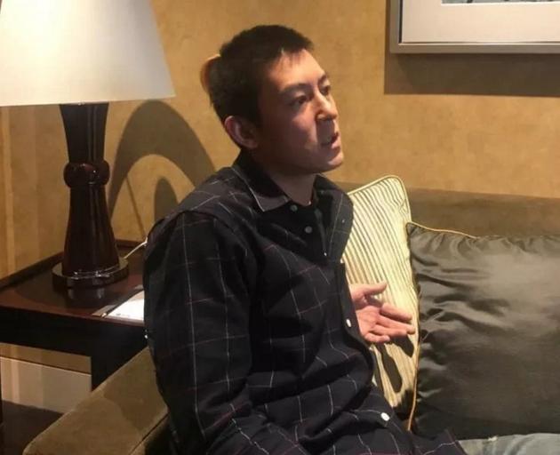 接受采访中的陈冠希