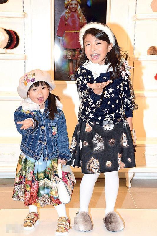 9岁谭芝昀指导3岁半妹妹走秀 经纪人挡驾避谈酬劳