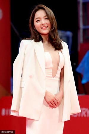 18岁金信爱的穿着在釜山国际电影节引起讨论