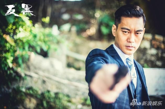 陈国坤首演警察帅气持枪