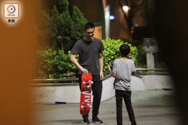 张智霖不忍儿子玩滑板狂