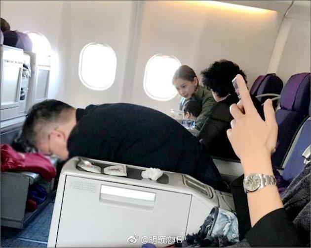 网友飞机上偶遇baby,赞小海绵个性好、见谁都笑。