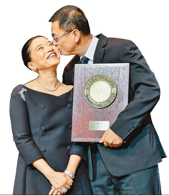 """王家卫飞去法国领荣誉奖,也预留了妻子的份,果然是一等一的""""爱妻号""""。"""