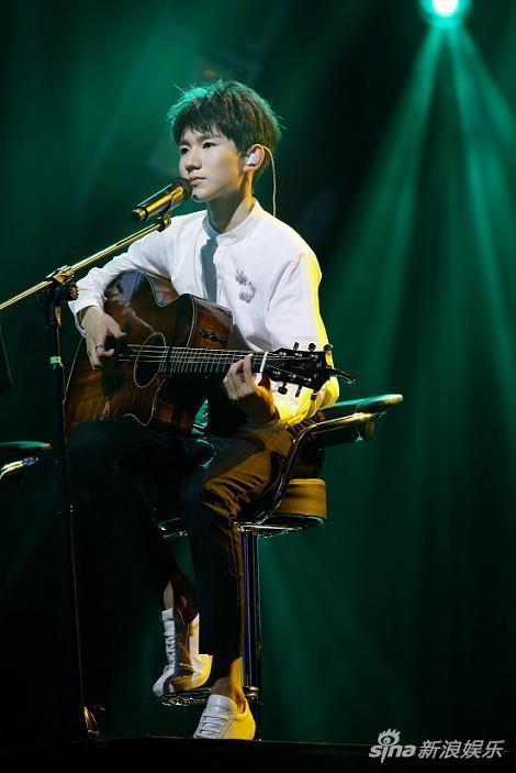 王源弹吉他