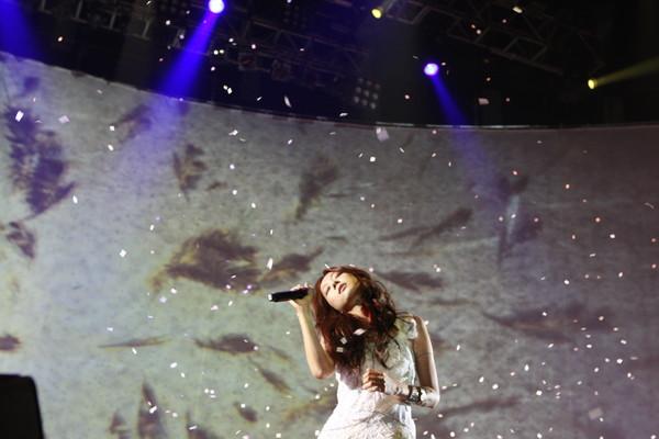 陈绮贞见歌迷大雨冷风中等待 手比爱心温暖告白