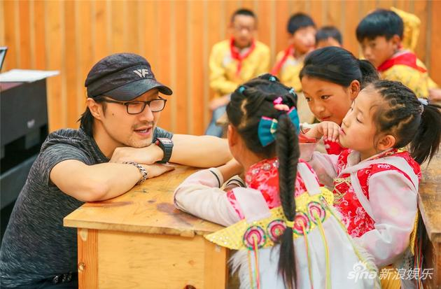 《世界》汪峰蔡国庆加入支教队伍 书写公益新范本