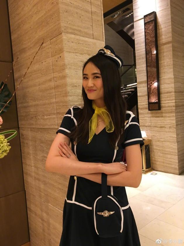 李小鹏晒出老婆穿空姐制服的照片