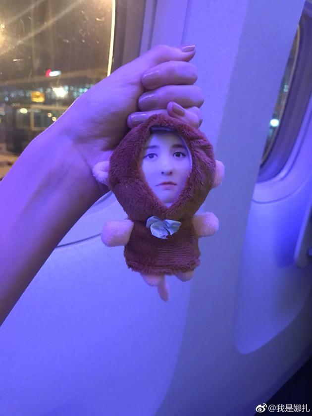 娜扎晒出用自己头像做的娃娃