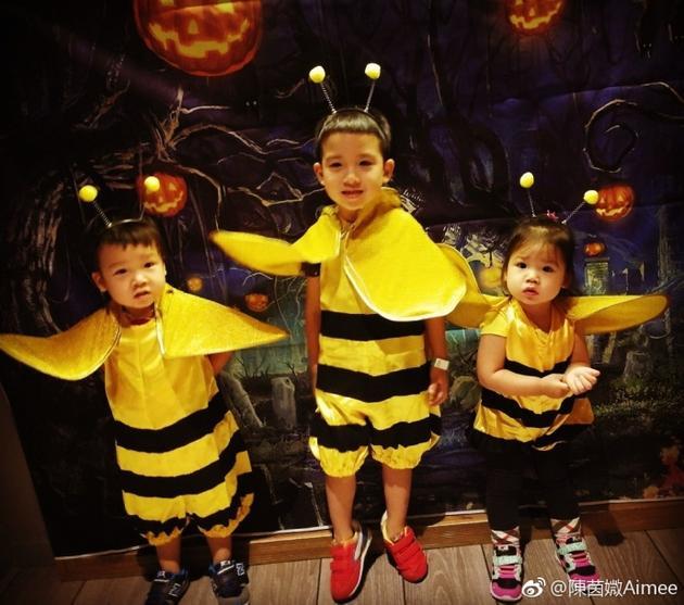 新浪娱乐讯 11月3日凌晨,TVB演员陈豪的老婆陈茵媺[微博]晒出三个孩子的照片,写道1.2.3。 哪只小蜜蜂最甜?照片中,三个孩子身穿黄色蜜蜂服,头戴触角化身小蜜蜂,呆萌可爱。孩子们长相可爱,遗传了演员爸妈的好基因,一家都是高颜值!网友纷纷感叹怎么一转眼就那么大啦哥哥颜值爆棚啦,弟弟妹妹太可爱啦!!!女儿像爸爸,儿子像妈妈,也有网友提出建议下季陈豪爸爸去哪儿了。