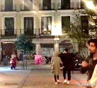 宋慧乔、宋仲基出现在西班牙街头。