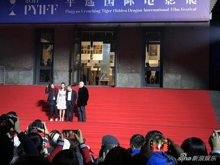开幕式红毯现场,马可-穆勒、贾樟柯、赵涛在电影宫门口全程迎宾。