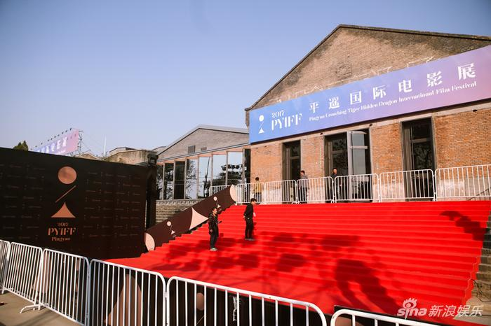 电影宫展厅大门和红毯区,山行屋顶颇有点希腊风范