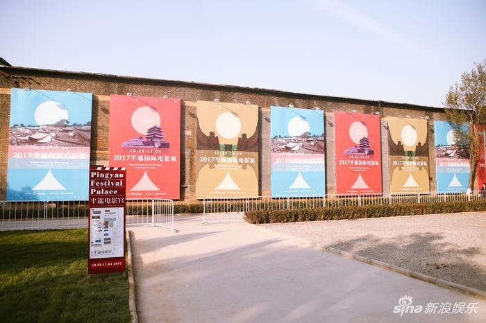海报墙上贴着各个单元的海报