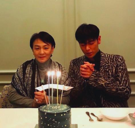 TOP消瘦庆30岁生日照外流 妈妈陪在身旁切蛋糕